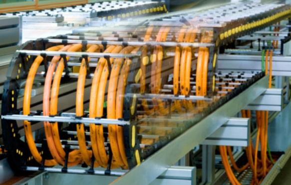 Быстро перемещающиеся компоненты автоматизации все чаще использую ускорения, достаточно высокие, чтобы сократить срок службы обычных сервокабелей